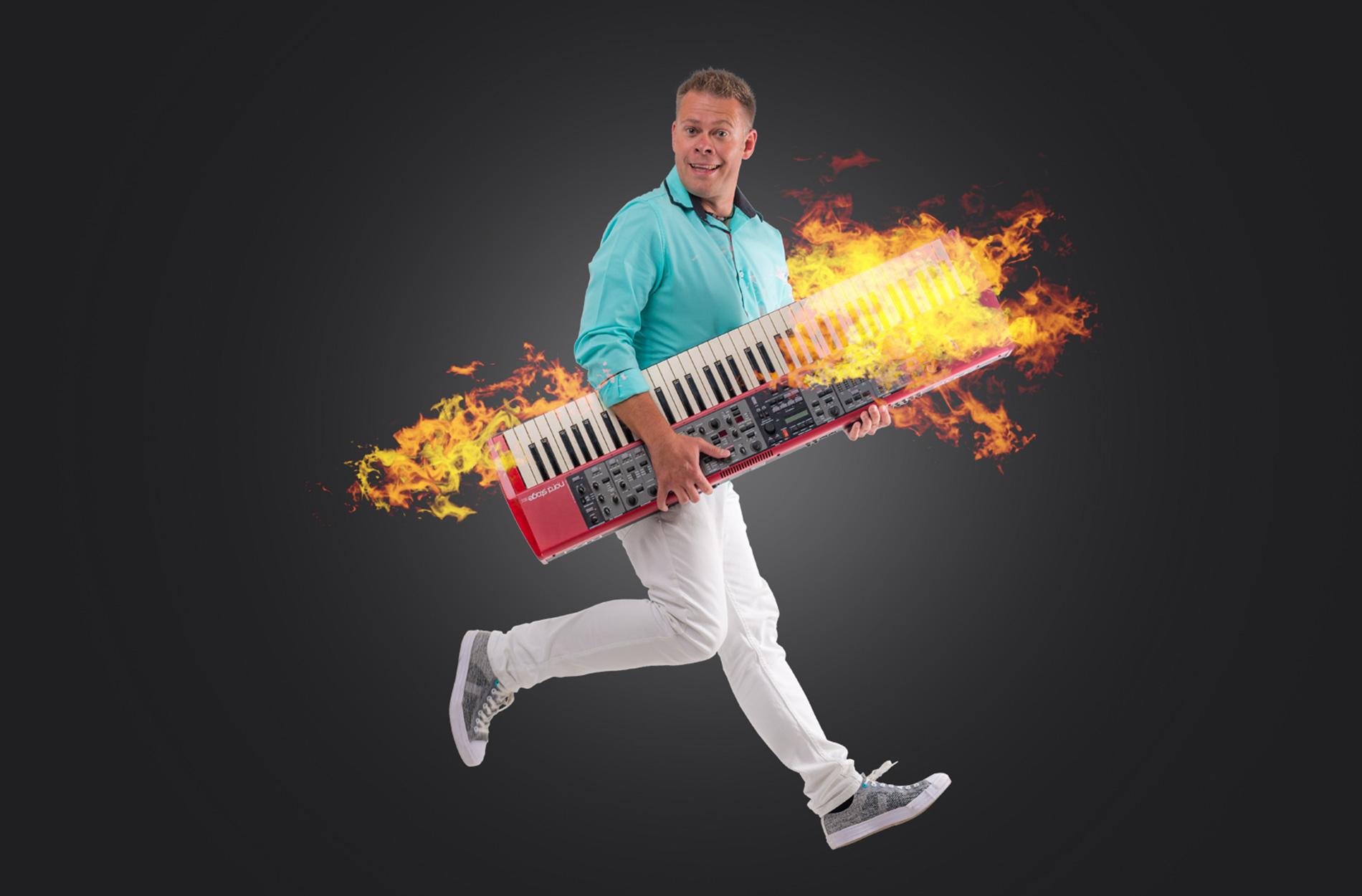 Mihcael mit Keyboard unter dem Arm